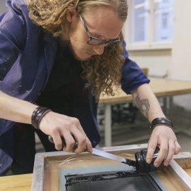 Foto eines Schülers bei der Arbeit in der Siebdruck-Werkstatt