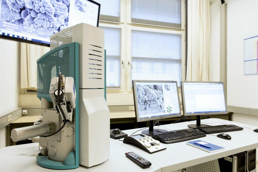 Rasterelektronenmikroskop im Ausbildungsbereich Metallographie Lette Verein Berlin