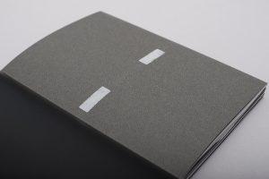 3. Umschlagseite zeigt eine stilisierte Asphaltstrasse mit Mittelstreifen