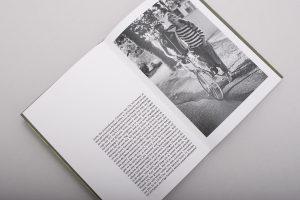 eine Doppelseite des Buches. Links steht Text auf der rechten Seite ist ein ganzformatiges Foto