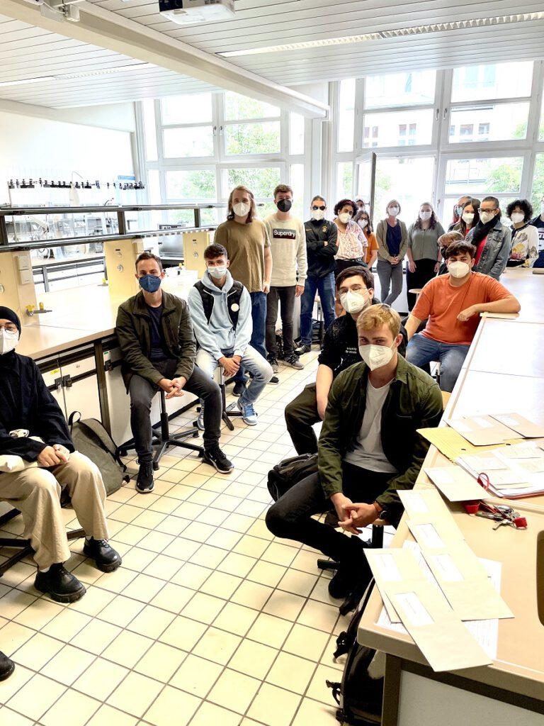 Schülerinnen und Schüler im Ausbildungsgang Chemie-Biologie
