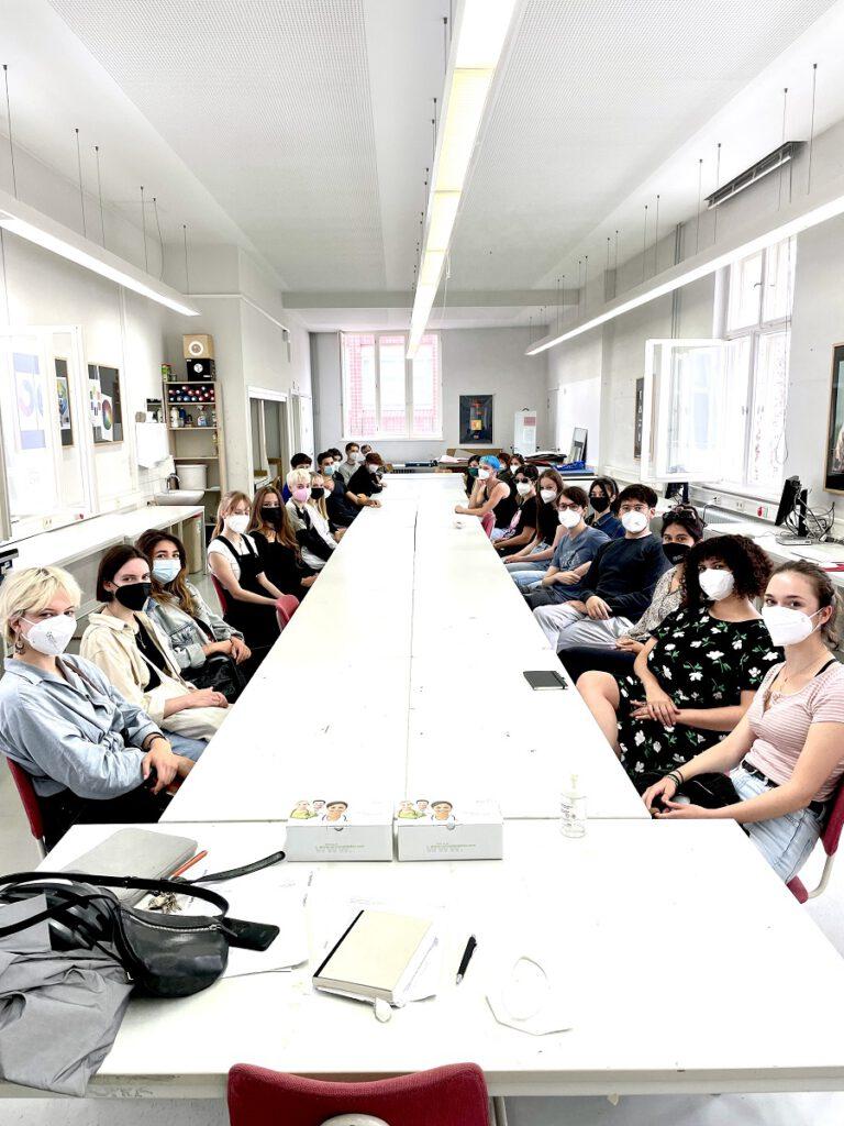 Schülerinnen und Schüler im Ausbildungsgang Grafikdesign