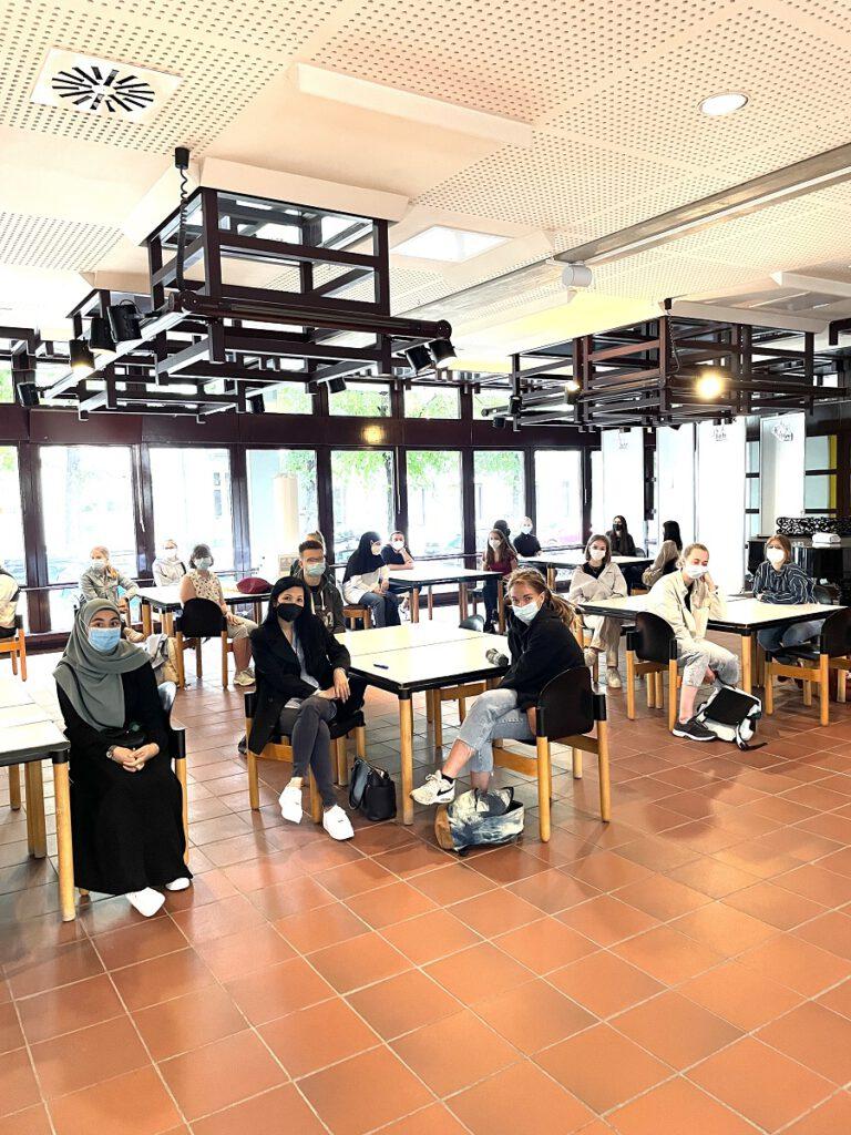 Schülerinnen und Schüler im Ausbildungsgang Pharmazeutisch-technische Assistentinnen und Assistenten