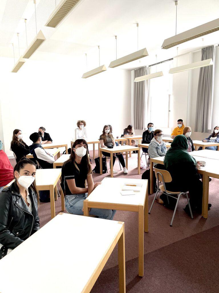 Schülerinnen und Schüler im Ausbildungsgang Medizinisch-technische Assistentinnen und Assistenten fü