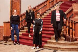 v.l: Ute Rathmann und Jacqueline Ostermann, Zeichenlehrerinnen, Franziska Gersdorf und Bezirksbürgermeisterin Angelika Schöttler Foto: Simon Eichmann